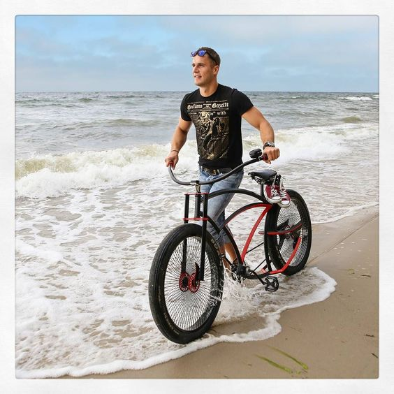 The only time You get of ur Spike is to catch a wave! #custom #bicycle #spike #bikelife #polishboy #model #converse #wave #running  #smile #fun #summer #beach