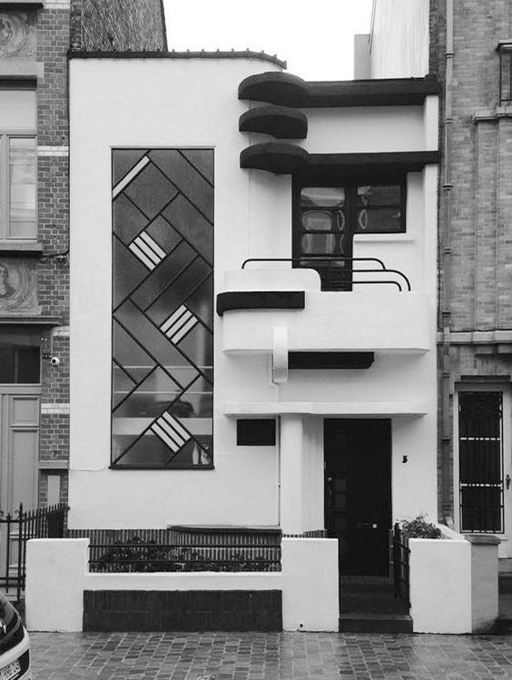 Modernist town house, Brussels, Belgium 1933 Louis Tenaerts, architect. Photo: Theophile Calot A redecoration included painting some details black. The original building was all white.