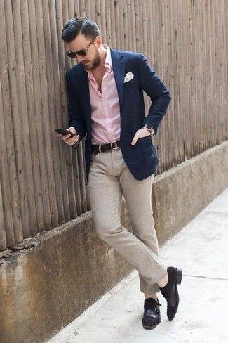 Look de moda: Blazer Azul Marino, Camisa de Vestir Rosada, Pantalón de Vestir de Lino Beige, Zapatos con Doble Hebilla de Ante Negros