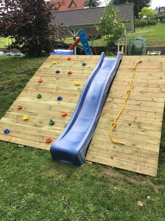 Kindvriendelijke tuin met klimwand en glijbaan