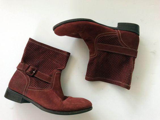 Bota de cano curto no tom burgundy/vermelho amarronzado. Com salto baixo. Lindíssima! https://repassa.com.br/products/bota-de-cano-curto