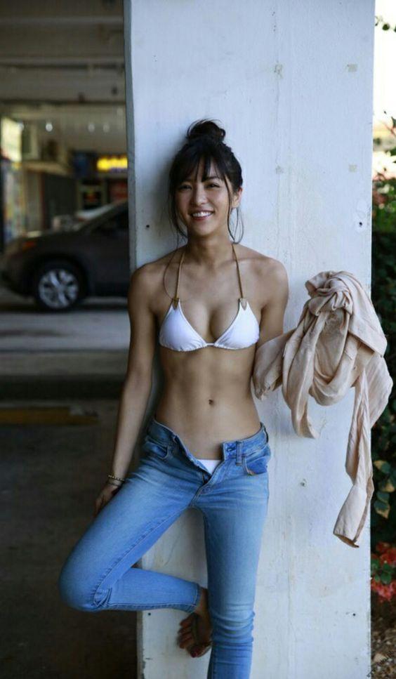 健康的な水着のかわいい石川恋