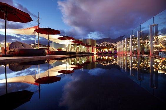 Etenkin auringonlaskun aikaan, näköala The Vine -hotellin kattoterassilta yli Funchalin kaupungin on unohtumaton. #madeira #funchal #sunset www.finnmatkat.fi