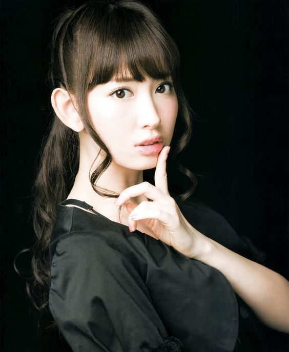 人差し指を唇にあてるかわいい小嶋陽菜