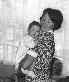 Mary com a mãe, quando era criança.