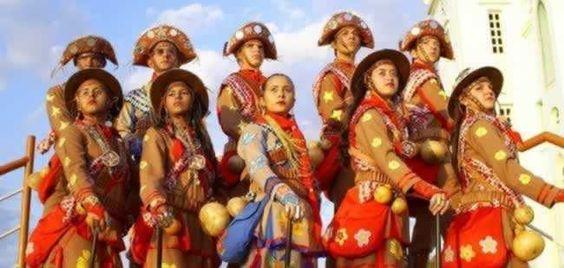 O folclore e as tradições nordestinas possuem vestimentas características.