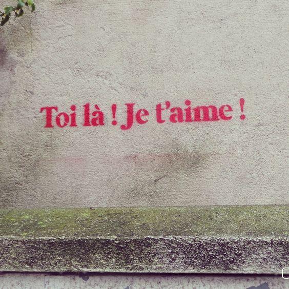 C'est mal d'abîmer les murs d'autrui.....Sauf les virtuels  La on aime ce genre de graffitis. ...petits mots tout ronds tout doux tout pour lui...