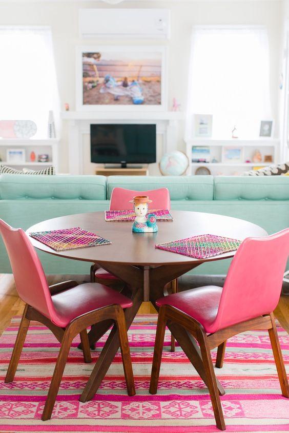 Las paredes blancas, la luz y los colores pastel dan muchísima calidez a este apartamento en California La estantería del salón, en blanco y madera, y la alfombra del salón. Las sillas del comedor y la cómoda. El cojín de la cama y la cómoda en madera, incluso el baño… me gusta muchísimo! � � […]