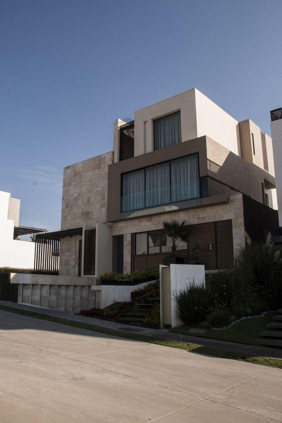 Casa ss fachada muros de piedra celosia de madera - Casa de revestimientos ...