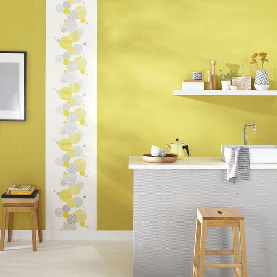 Nos gusta la decoración de esta cocina, una tira de papel pintado ...