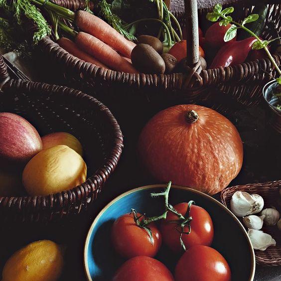 So das Wochenende ist gesichert. Sieht ein wenig herbstlich aus (und wennschon ehrlich bin ist Herbst meine Lieblingsjahreszeit). Wir haben den ersten Wochenbettbesuch von der lieben @mareicares die noch etwas Obst und Gemüse mitgebracht hat das perfekt passt. Was koche ich denn morgen? #Obst #gemüse #wochenbett #wochenende #fruits #vegetables #vegetarian by leitmedium