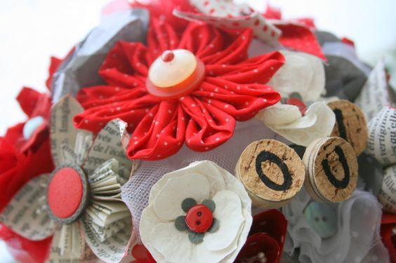 bouquet mariée papier et tissu rouge et gris