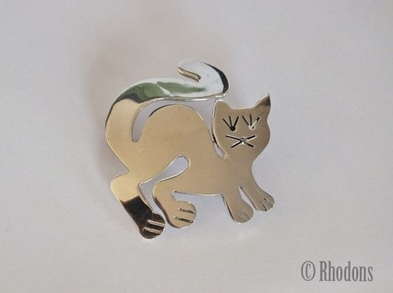 Lovely 925 sterling silver cat brooch. Modern, simplistic design. Roll-over catch & pin to reverse together with 925 silver marks.  Would make a very nice gift.