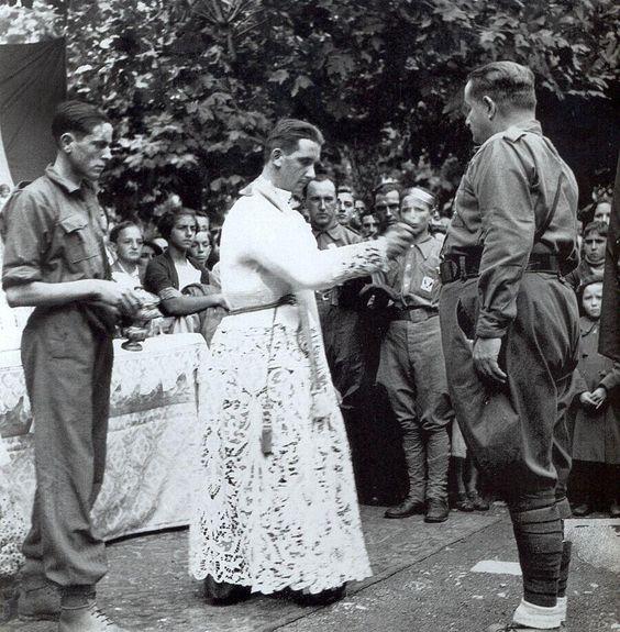 Foto de Iglesia y Fascismo. Jura de Bandera deun Tercio de Requetés en Baracaldo. Septiembre1937
