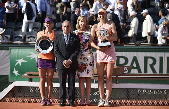 Simona Halep et Maria Sharapova posent aux côtés de Jean Gachassin et Chris Evert après leur combat de 3h02.
