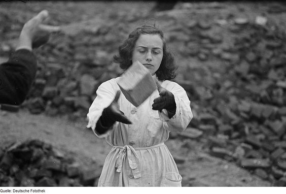 Fotothek df roe-neg 0001302 001 Portrait einer Frau bei der Arbeit - Trümmerfrau in Leipzig