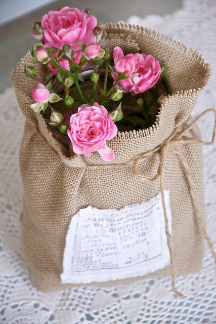 ♥ fleurs roses en toile de jute
