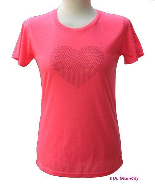 Ultra feines T-Shirt in leuchtendem neonpink mit exklusivem Neonperlen- Herz. Das Shirt ist leicht tailliert geschnitten und mit einer Grammatur v...