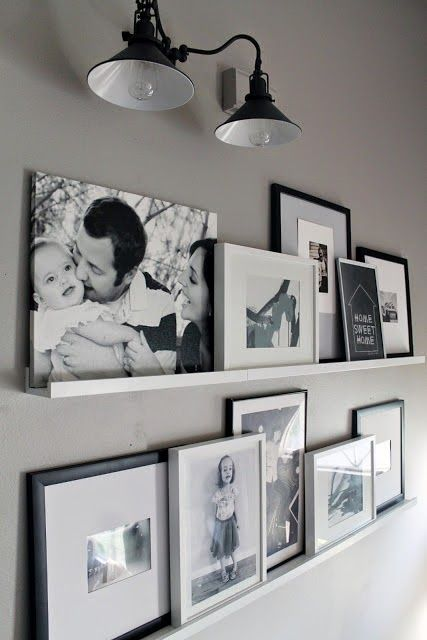 Decoração com caixas e porta retratos na estante