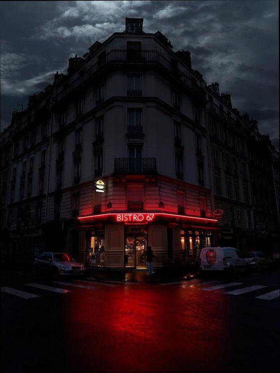 «Il est cinq heures, Paris s'éveille. Le café est dans les tasses, les…
