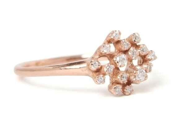 Este anillo de oro rosa con una constelación de diamantes: