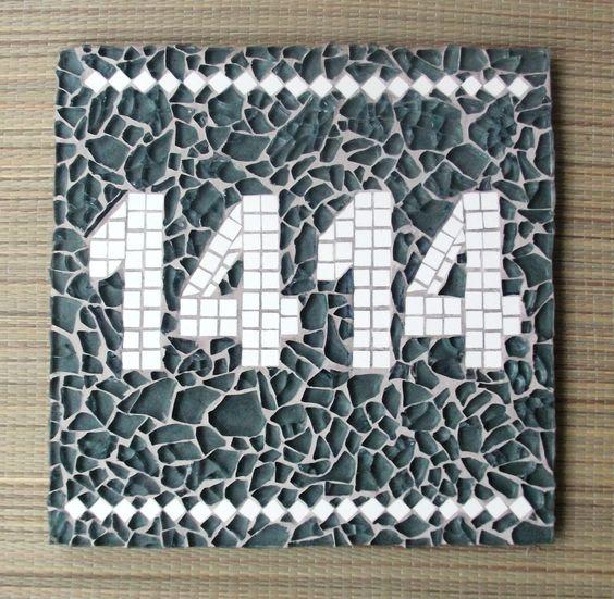 Placa de ardósia para nº de casa, com mosaico em vidro estilhaçado e cerâmica.