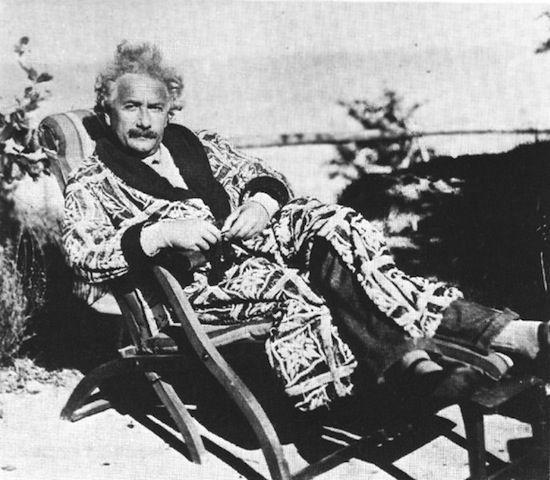 ガウンを着て椅子に座っているアルベルト・アインシュタインの壁紙・画像