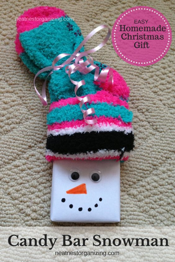 Clutter-free Christmas Ideas - Candy Bar Snowmen with fuzzy socks & cute gift tag - Neat Nest Organizing