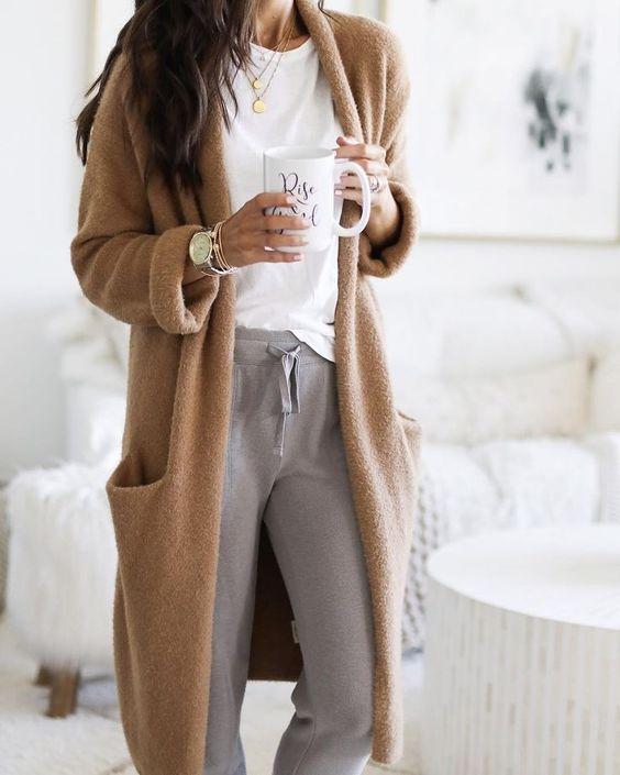 Mujer con ropa relajada y accesorios dorados que le suben el nivel a su imagen digital
