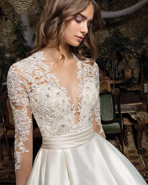 We can't help falling in love with the details of this wedding dress