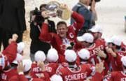 Mitten im kanadischen Jubel: Corey Perry stemmt den Pokal. (Bild: Ivan Sekretarev / AP)