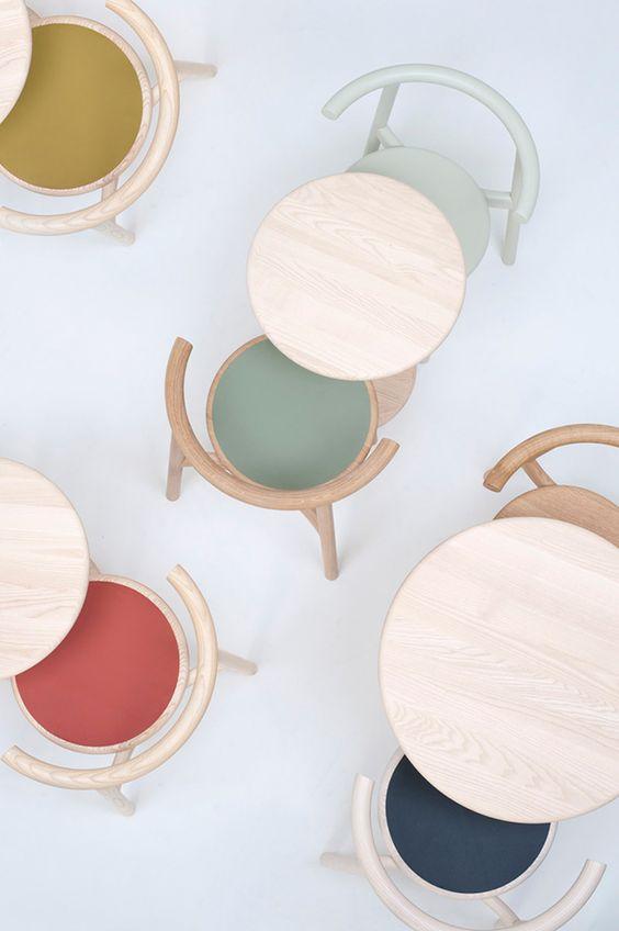 cadeira e mesas pastel