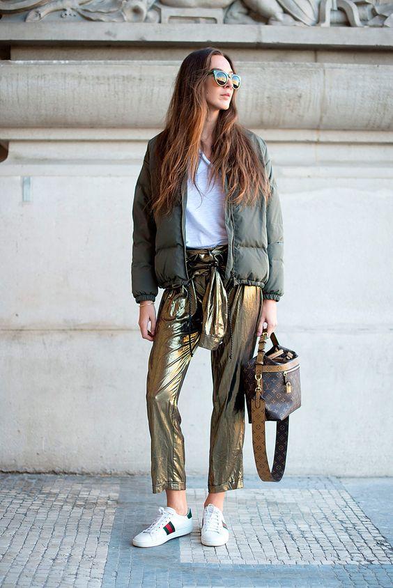 Reinventa tu look con prendas metálicas que te harán brillar en cualquier lugar.