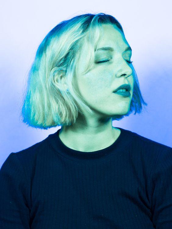 madlen + im Verein der Gestaltung e.V. ++ während der nachtschicht 2015 berlin design night +++ experimentelle porträts mit solarium-lampen andrewunstorf.de/... www.vereindergest... www.berlindesignn... #uv #ultraviolett #solarium #sonnenstudio #grün #blau #green #blue #portrait #porträt #experiment #experimentell #nachtschicht #berlin design night #verein der gestaltung #foto #photo #photography