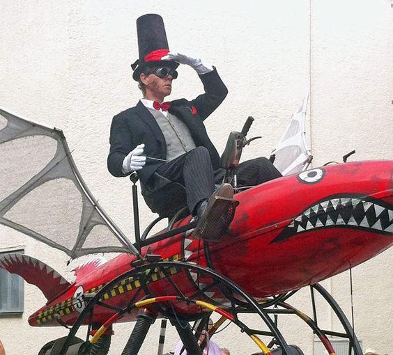 Maker Faire Hannover 2015: Der Feuervogel fliegt auf der Suche nach bahnbrechenden Erfindungen durch das Außengelände. Wer Erfindergeist erleben möchte, sollte diese Messe am Stadtpark in Hannover im Kalender vormerken!