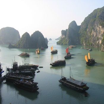 """Viet Nam Merveille d'eau et de roche La baie d'Halong (également orthographié Along) se trouve dans le golfe du Bac Bô (ou Tonkin), situé dans le Nord-est du Vietnam et plus exactement à 160 km à l'est de Hanoi (par la RN 5).  La baie tire son nom d'une légende, celle de la mère dragon et de ses enfants combattant les ennemis des Viêts. Halong signifie, en effet, """" la descente du dragon """"."""