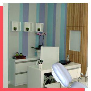 Projeto desenvolvido pelo escritório 501 Arquitetura para um consultório Odontológico  de uma jovem dentista. Todo projeto de interiores foi elaborado em conjunto com a comunicação visual do empreendimento.   Parede pintada com listras nas coras do logo. Ambiente clean e aconchegante.