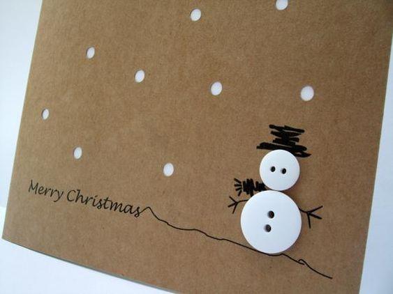 Dieses nette und einfache Design verfügt über einen Knopf-Schneemann mit einem Hand gezeichneten Hut und Arme und Weihnachtsgruß auf Recycling braun Kraft Karte. Die Karte hat Papier Schneiden Sie Löcher für Schnee mit einem weißen Einsatz durchscheinen.  Diese Karte ist auch in einer