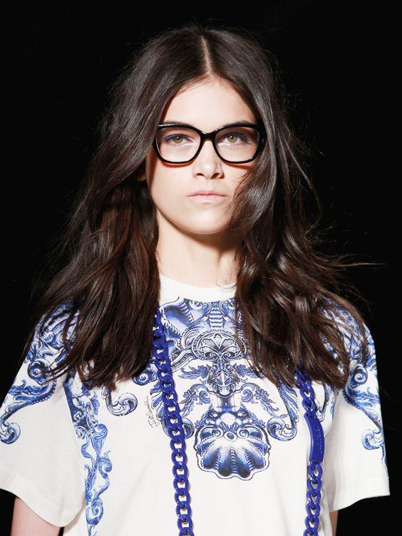 Die Brillen-Trends bleiben den stylischen Horngestellen treu. Die Nerdbrille wird allerdings etwas weiblicher, etwas eleganter und weniger wuchtig in der