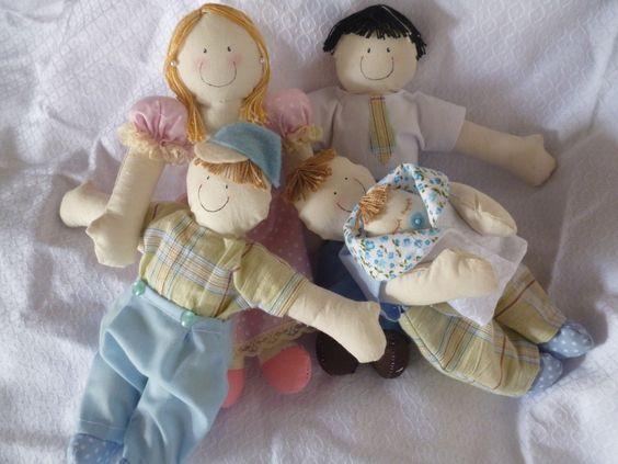 Personalize sua família de bonequinhos de pano da maneira que desejar! <br>Fazemos bonecos personalizados que podem ser caracterizados conforme pedido do cliente. <br>Eles podem ser usados na decoração do quarto do seu bebê, portas de maternidade, nicho, etc. <br>Também podem ser utilizados para se trabalhar com crianças em tratamento psicológico em consultório. <br> <br>Pedido mínimo de 5 bonecos. <br> <br>VALOR DA UNIDADE DE BONECO: <br> <br>PAI, MÃE OU FILHO(A) R$ 10,00 (CADA)…