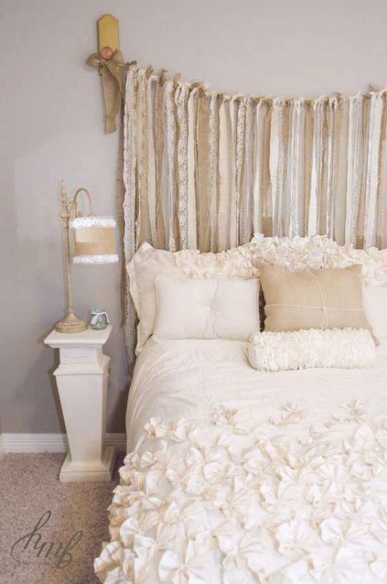 Tête de lit en chutes de tissu et rubans de toile de jute. 15 Façons stylées d'utiliser la toile de jute dans votre décoration