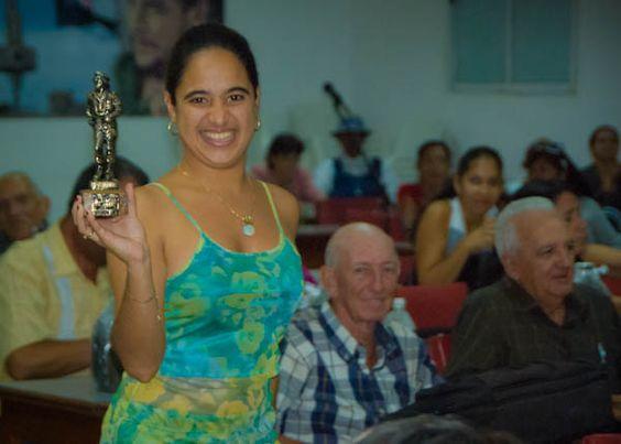 La joven periodista Mailé Hernández Grave de Peralta, merecedora del Gran Premio del Festival por su reportaje «Las reinas de la noche»