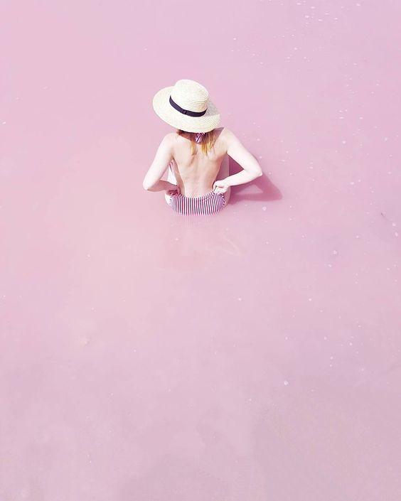 """""""Sólo tenía otro vestido pero estaba muy limpio y colgaba de una percha al lado de su cama. Era de algodón a cuadros blancos y azules y aunque el azul estaba algo descolorido por los frecuentes lavados la prenda le sentaba muy bien. La niña se lavó cuidadosamente se puso el vestido limpio y se caló el sombrero rosado. Llenó con pan una cesta y la cubrió con una servilleta blanca. Luego se miró los pies y notó cuán viejos y gastados estaban sus zapatos."""" #whpstyle"""