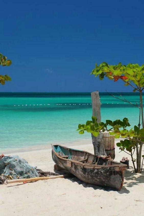 ハワイの砂浜とレトロな船