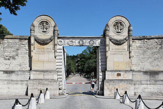 * Père-Lachaise Cemetery. Entrée Principale. # Paris, França.