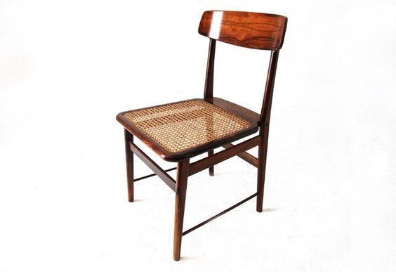 Em 1956, Sergio Rodrigues criou essa cadeira, batizada de Lucio Costa (arquiteto e urbanista criador do plano piloto de Brasília). Sua estrutura é de madeira de lei maciça encerada e assento de palhinha