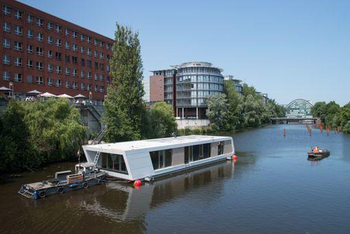 Am Hamburger Victoriakai-Ufer hat der Bau von sieben Floating Homes ...