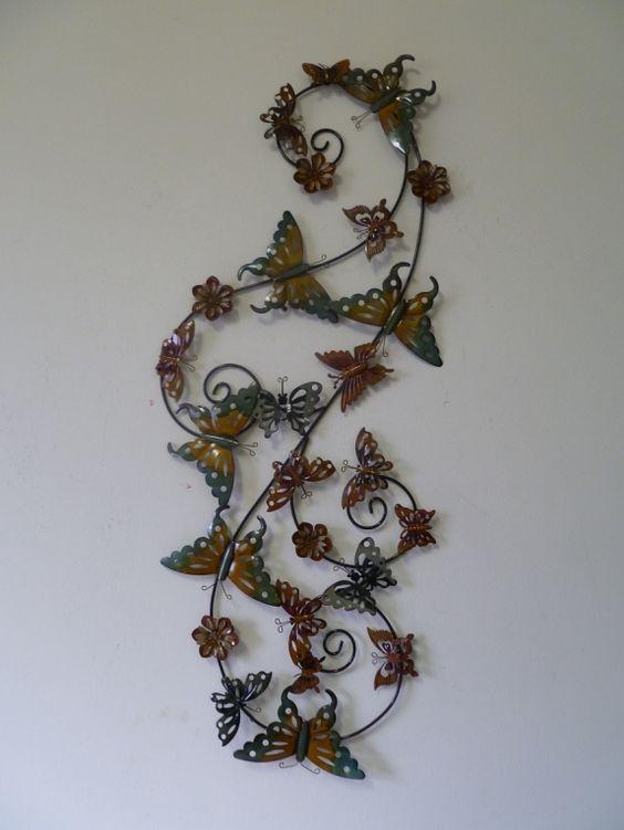 Dit muur-kunstwerk betreft een zwerm vlinders welke is gemaakt van ...