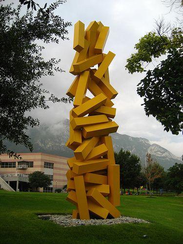 Escultura dedicada a la Entropía en los jardines centrales de la Universidad de Monterrey, México