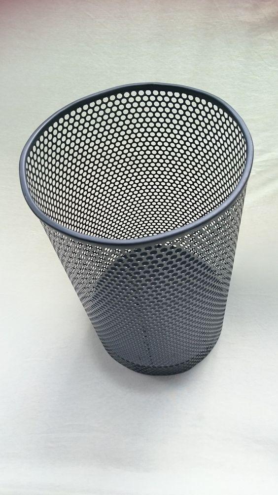 Cesto de lixo ou lixeira, ou lixeira, na cor preta. <br>Cesto-conceito, produzido a partir de reutilização de filtro de ar de veículos de motores a diesel, rejeitados pela indústria. <br>Produto focado na sustentabilidade, pois se trata de material rejeitado pela indústria que invariavelmente é incinerado e poluente. <br>PREÇO PROMOCIONAL ! <br>Aceito encomendas de cestos de lixo para corporações, escolas e empresas em geral, pintadas e separadas pela cor de reciclagem com a placa…